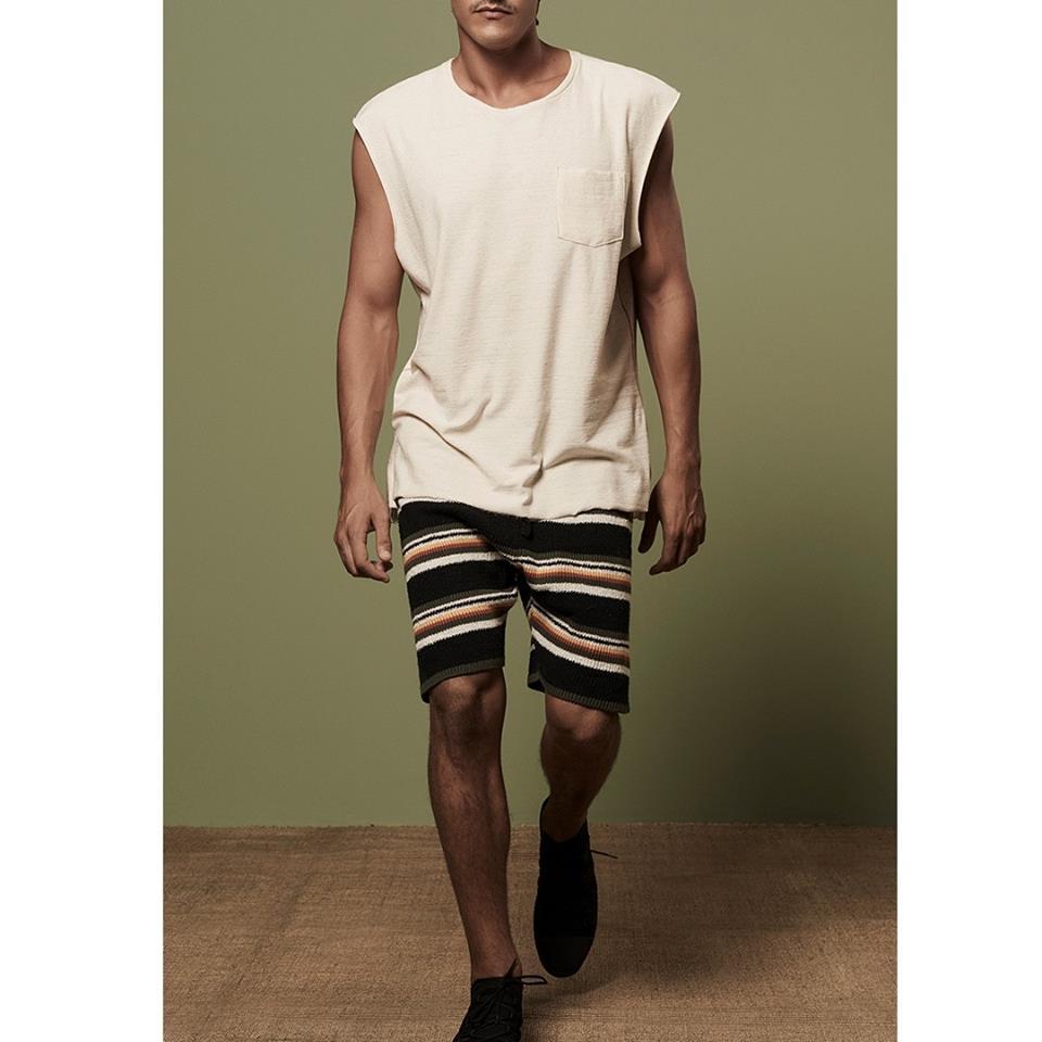 Modelo masculino com roupas Osklen