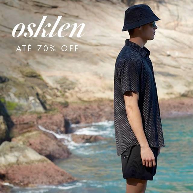 Shop2gether - modelo masculino vestindo Osklen e anúncio de descontos de até 70%