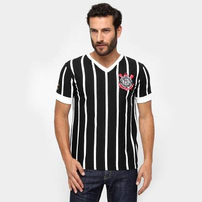 Modelo masculino usando camisa do Corinthians